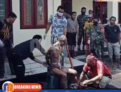 Viral, Seorang Tokoh di Sampang Mandikan ODGJ yang Berkeliaran di Ketapang