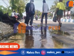 Diduga Kebocoran dari Pipa Air PDAM, Pengguna Jalan Trunojoyo Sumenep Mengeluh